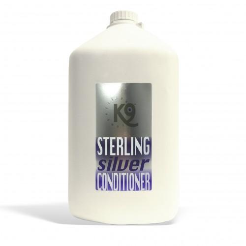 sterling silver conditioner K9 Competition 5,7 lt è l'unico condizionatore specifico per lo sbiancamento! Questa formula rivoluzionaria rende il bianco del manto incredibilmente lucido e brillante, e dona un effetto idratante estremo